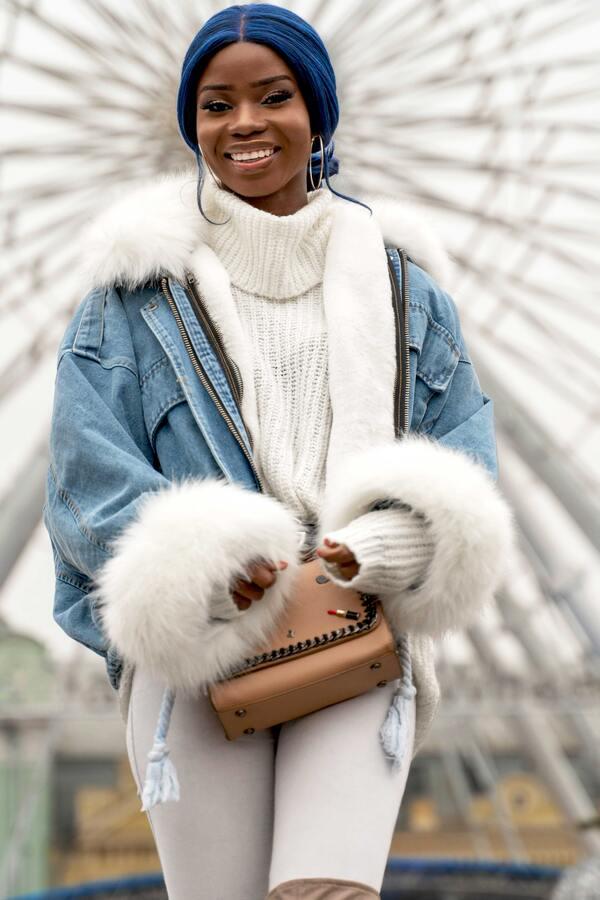 Uma garota negra usando roupas de inverno